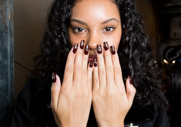 Logo nail art : quand les marques s'emparent de nos ongles