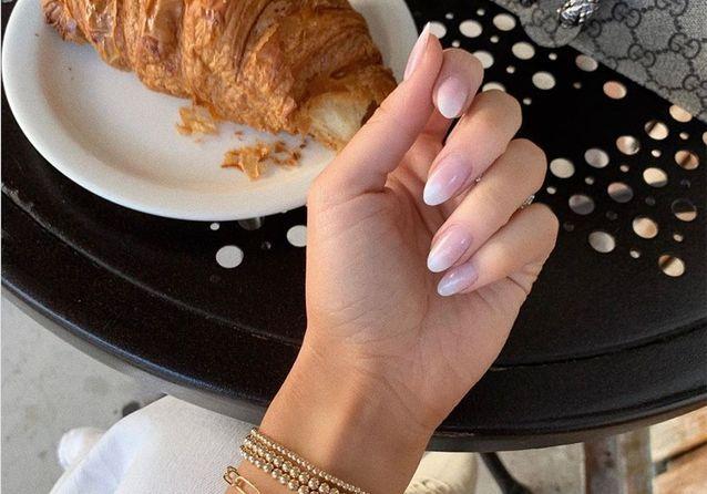 Manucure baby boomer : la nouvelle tendance repérée sur Instagram