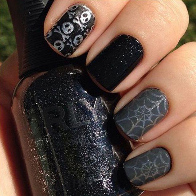 Les motifs discrets de Halloween sur vernis noir