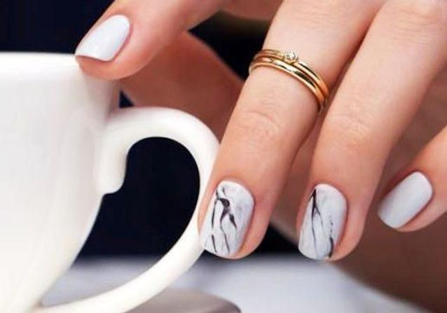 20 idées de manucures marbrées pour des mains lookées