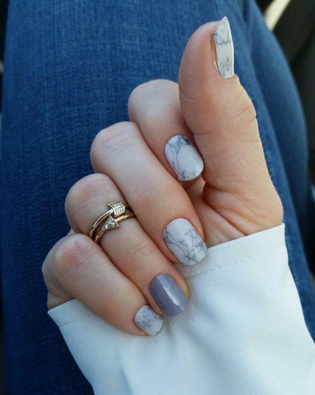Manucure marbrée grise