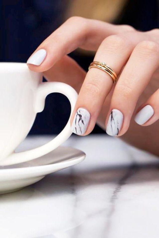 Manucure marbrée ongles courts