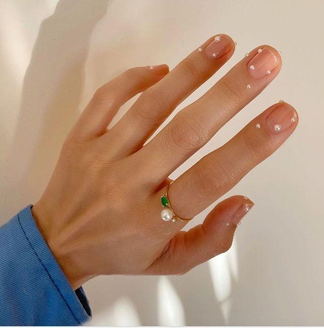 Manucure de mariage perlée