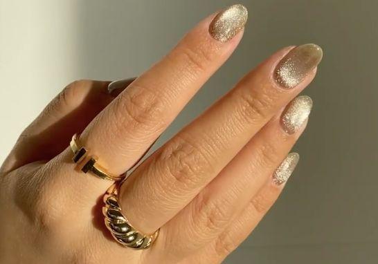Velvet nails : la manucure de fêtes que l'on voit partout sur Instagram