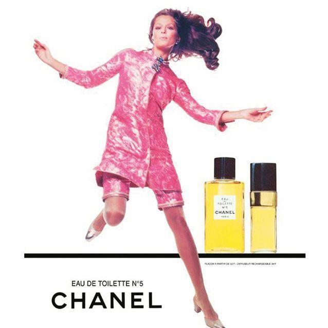 Chanel N°5 incarné par l'actrice Lauren Hutton en 1968, devant l'objectif de Richard Avedon