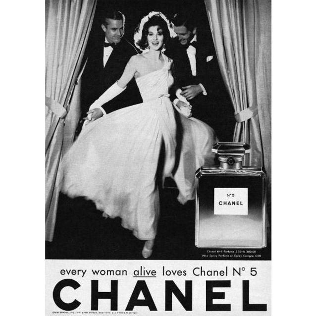 Chanel N°5 incarné par l'actrice Suzy Parker en 1957, photographiée par Richard Avedon