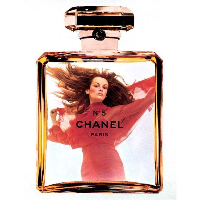 Chanel N°5 incarné par le mannequin Jean Shrimpton en 1971, photographié par Helmut Newton