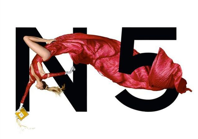 Chanel N°5 incarné par le top Estella Warren en 1999, photographiée par Jean-Paul Goude
