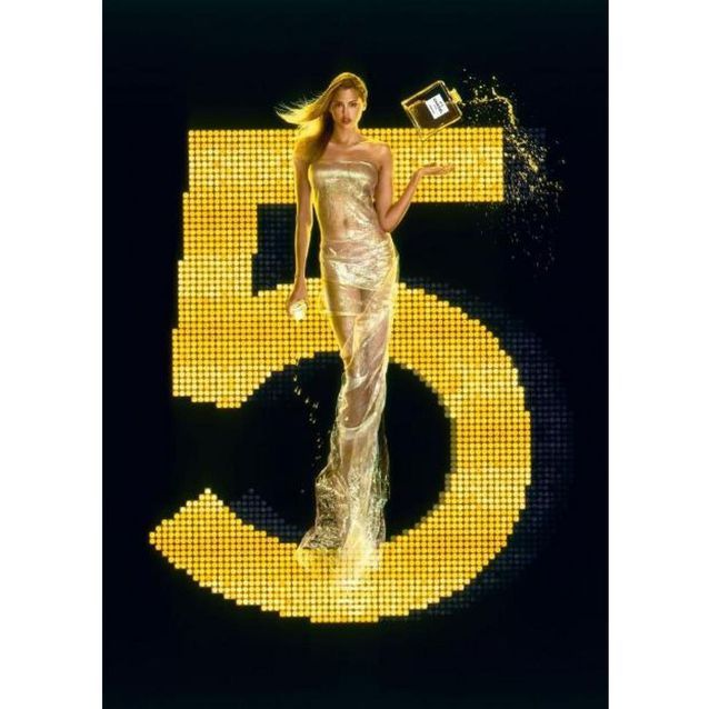 Chanel N°5 incarné par le top Estella Warren en 2000, photographiée par Jean-Paul Goude