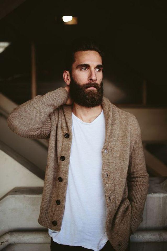 Homme barbu brun