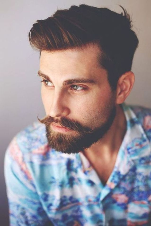 Homme barbu cheveux courts