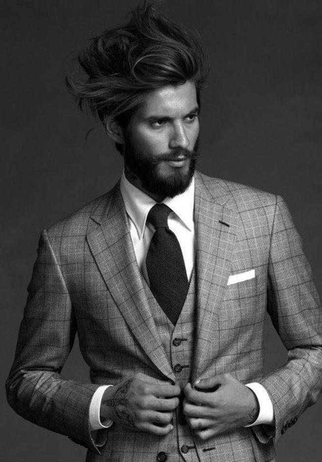 Homme barbu en costume