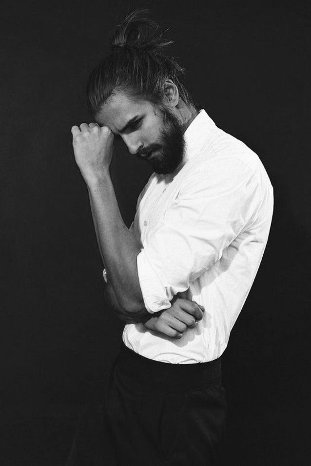 Homme barbu penseur