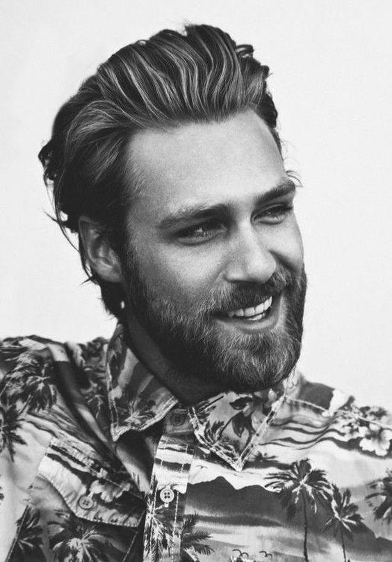 Homme barbu rieur