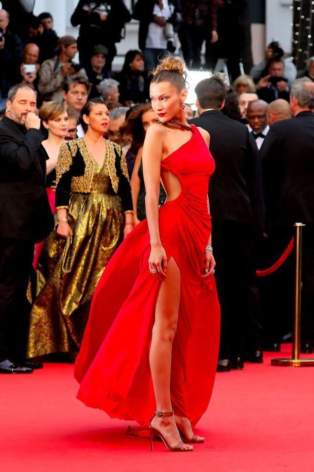 Bella Hadid en robe sexy Roberto Cavalli vintage au Festival de Cannes