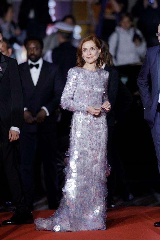 Isabelle Huppert arrive au Palais des festivals