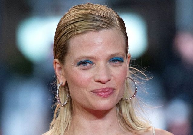 Cannes 2021 : Mélanie Thierry, divine en robe transparente sur le tapis rouge