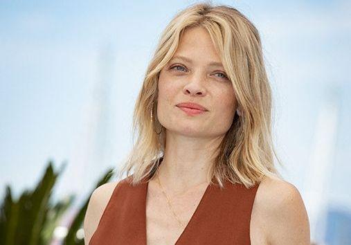 Cannes 2021 : Mélanie Thierry et les jurés de la Caméra d'Or posent sur la Croisette
