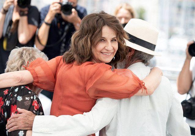 Cannes 2021 : Valérie Lemercier espiègle pour le photocall de son film « Aline »