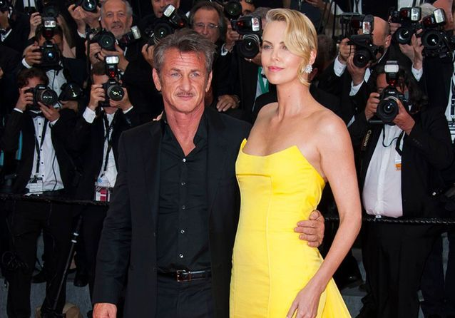 "Sean Penn et Charlize Theron illuminent la montée des marches de ""Mad Max : Fury Road"""
