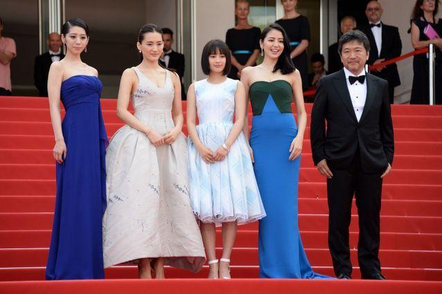 Hirokazu Kore Eda, entouré du casting de son film