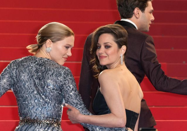 Cannes 2016 : Léa Seydoux et Marion Cotillard montent les marches au bras de Xavier Dolan