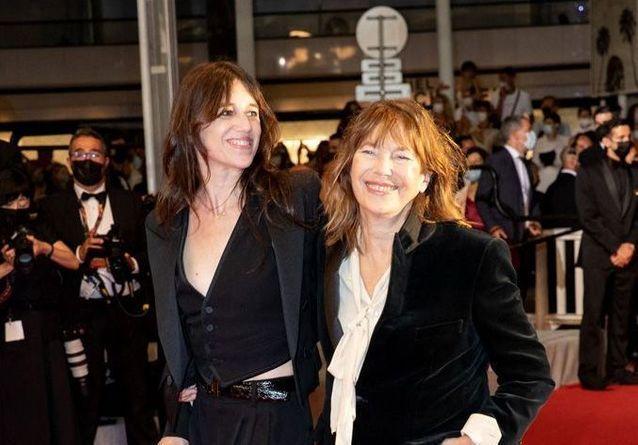 Cannes 2021 : Charlotte Gainsbourg, entourée de Jane Birkin et son fils Ben Attal sur la Croisette