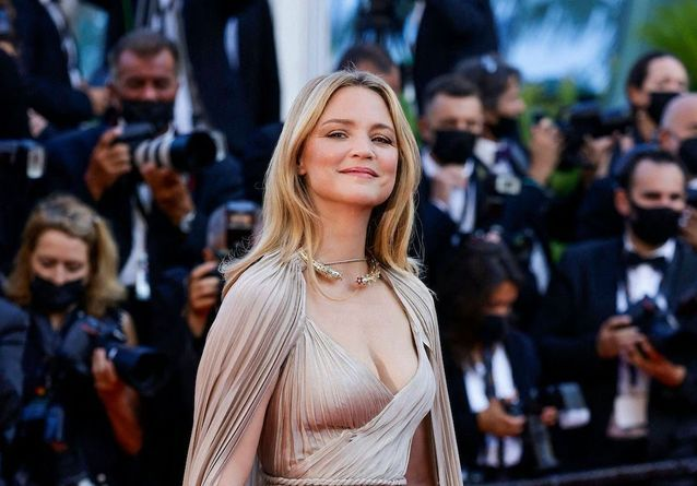 Cannes 2021 : Virginie Efira illumine la montée des marches de « Benedetta »