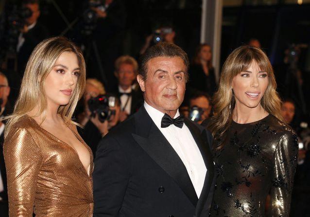 """Sylvester Stallone, en famille pour la montée des marches de """"Rambo : First Blood"""""""