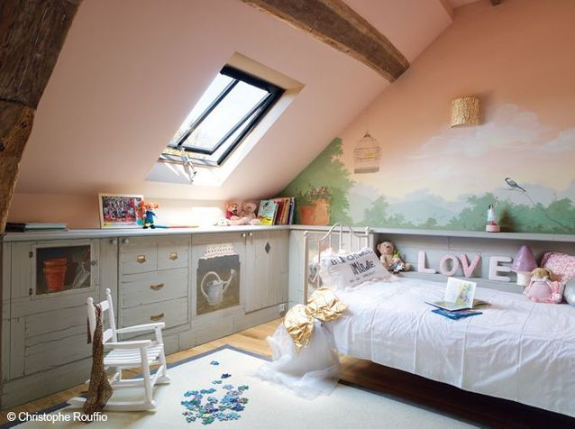Une chambre d'enfant avec un petit lit dans la prairie