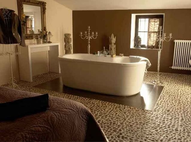 Quand la baignoire entre dans la chambre