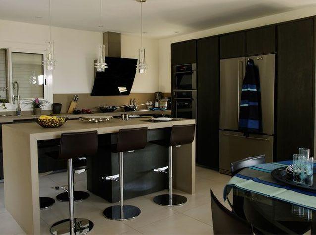 Une belle et grande cuisine pour recevoir elle d coration - Belles cuisines contemporaines ...