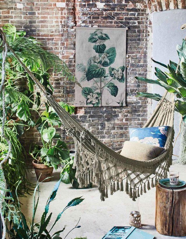 On adopte le hamac à la façon jungle chic pour dynamiser une pièce