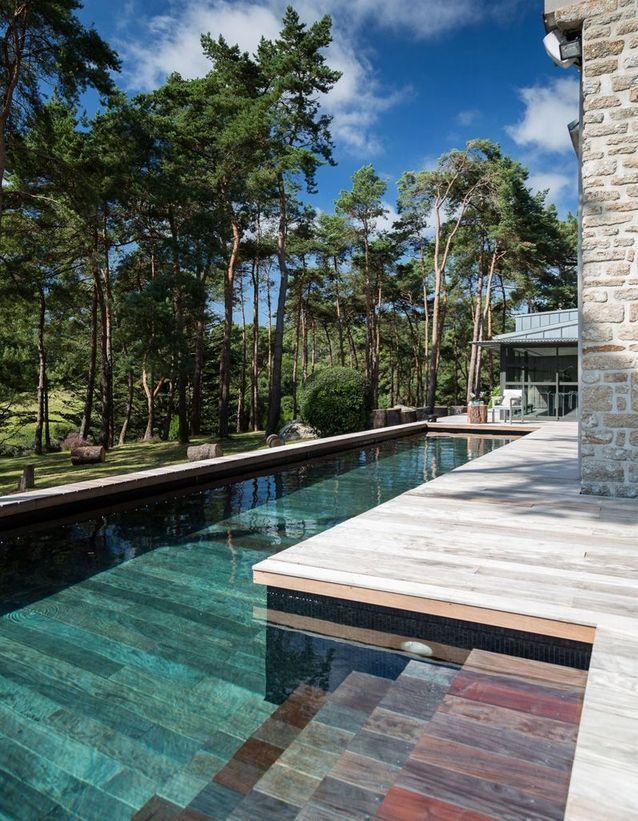 Piscine design au revêtement comme un parquet - 15 piscines design ...