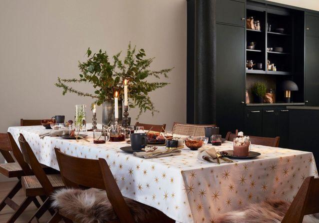 L'idée qu'on pique à la collection Noël H&M Home : mêler branches de sapin et d'eucalyptus dans un vase