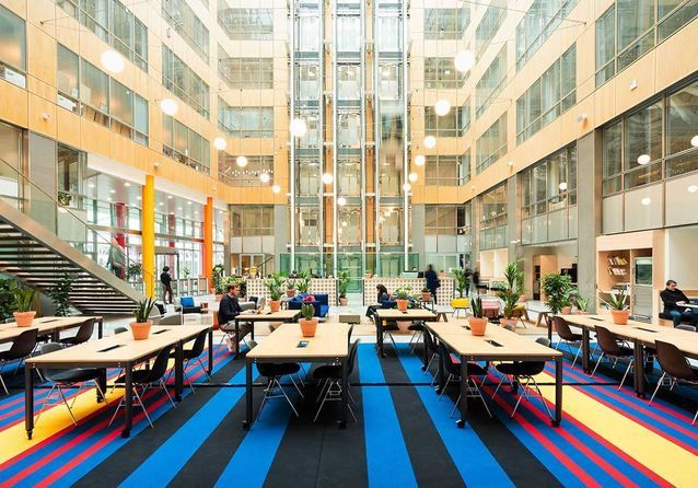 Un hall futuriste