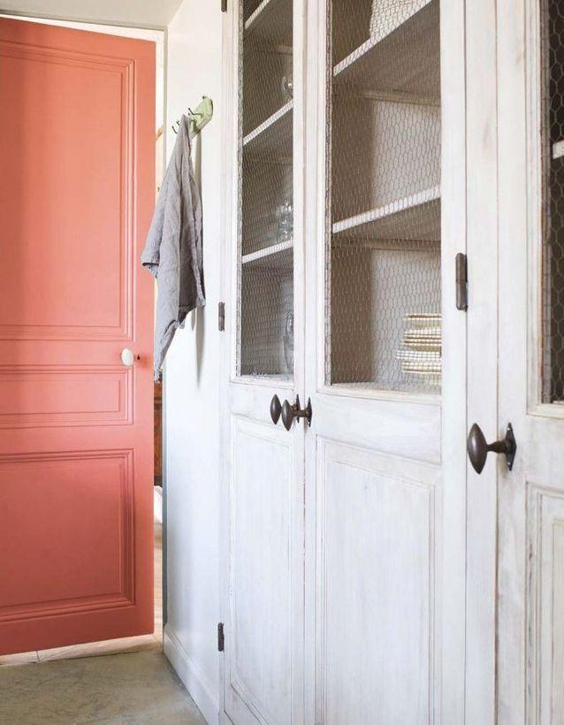 On adopte la décoration corail sur la porte de la cuisine