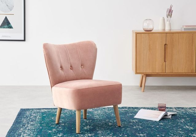 Un fauteuil rose poudré