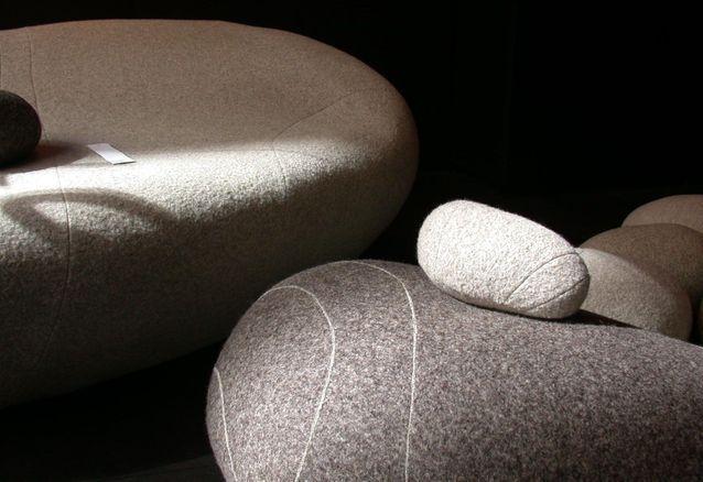 Des coussins et des assises comme des pierres