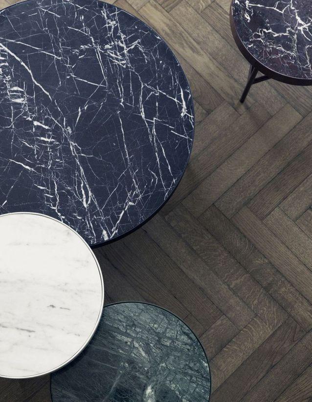 Une table basse en marbre