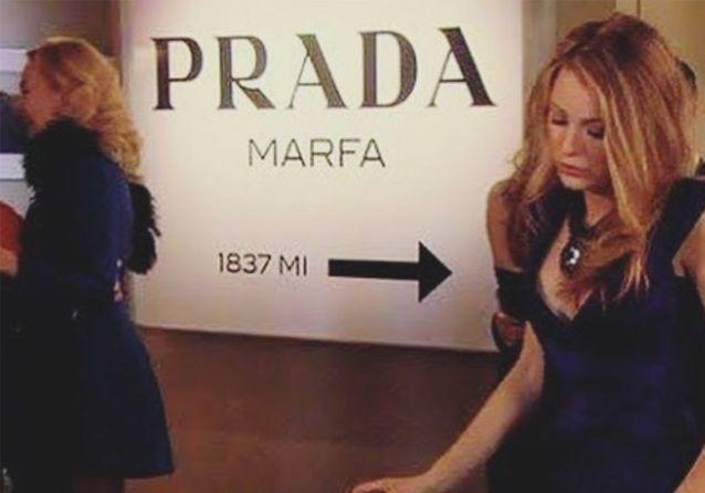 Un objet, une série : le mythique panneau Prada dans « Gossip Girl »