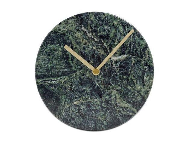 Une horloge murale minimaliste en marbre vert