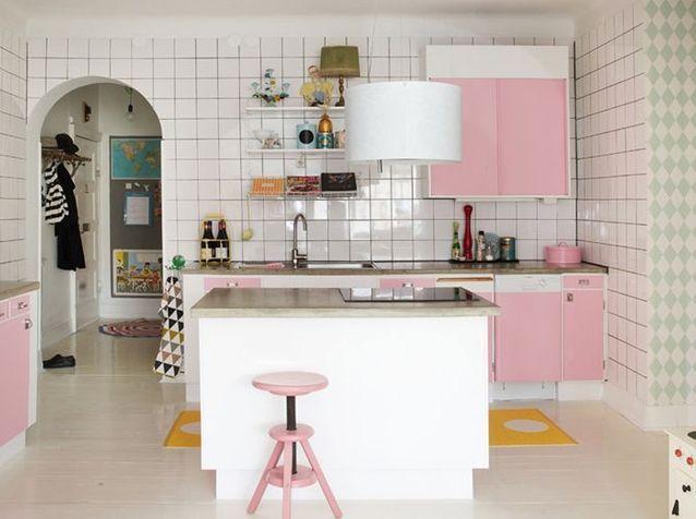 Une cuisine rose esprit memphis