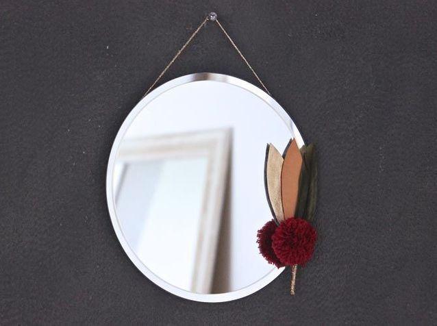 Un miroir avec des plumes colorées