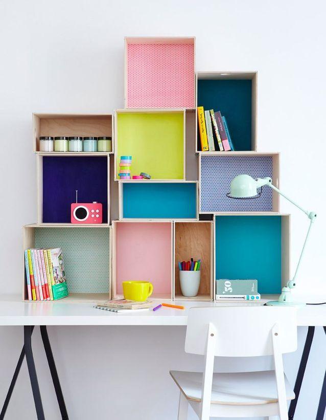 Ranger les affaires scolaires via des caisses colorées et empilées