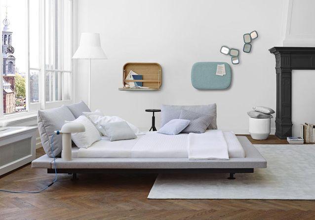 Une chambre blanche au mobilier design