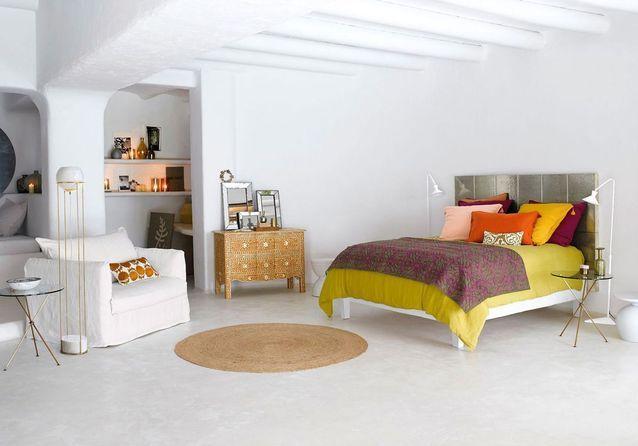 Une chambre blanche boostée par des touches jaunes et dorées