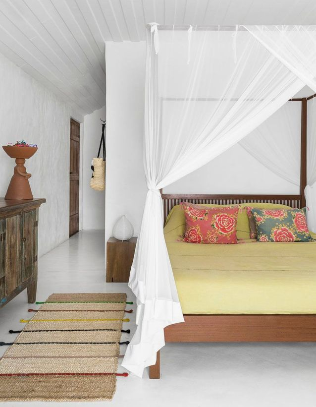 Une chambre blanche du sol au plafond