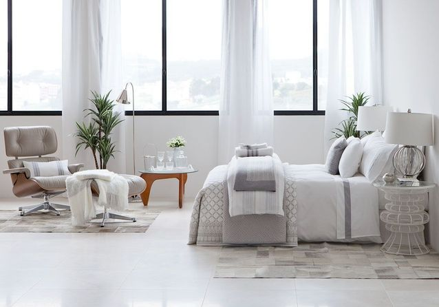 Une chambre blanche lumineuse