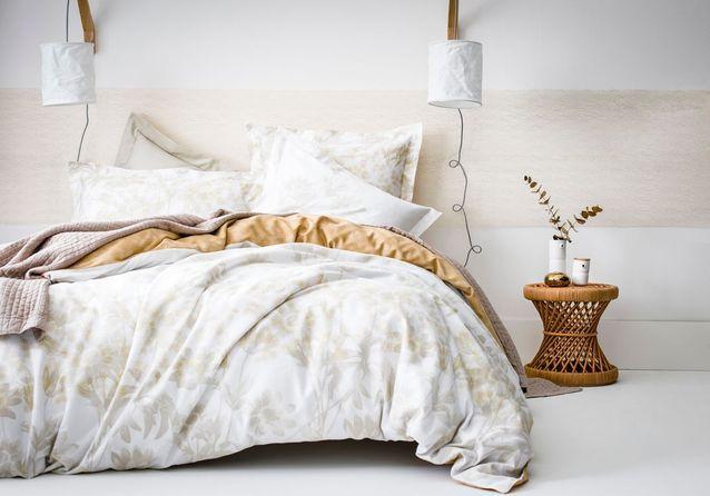 Une chambre blanche rehaussée d'une large frise ocre